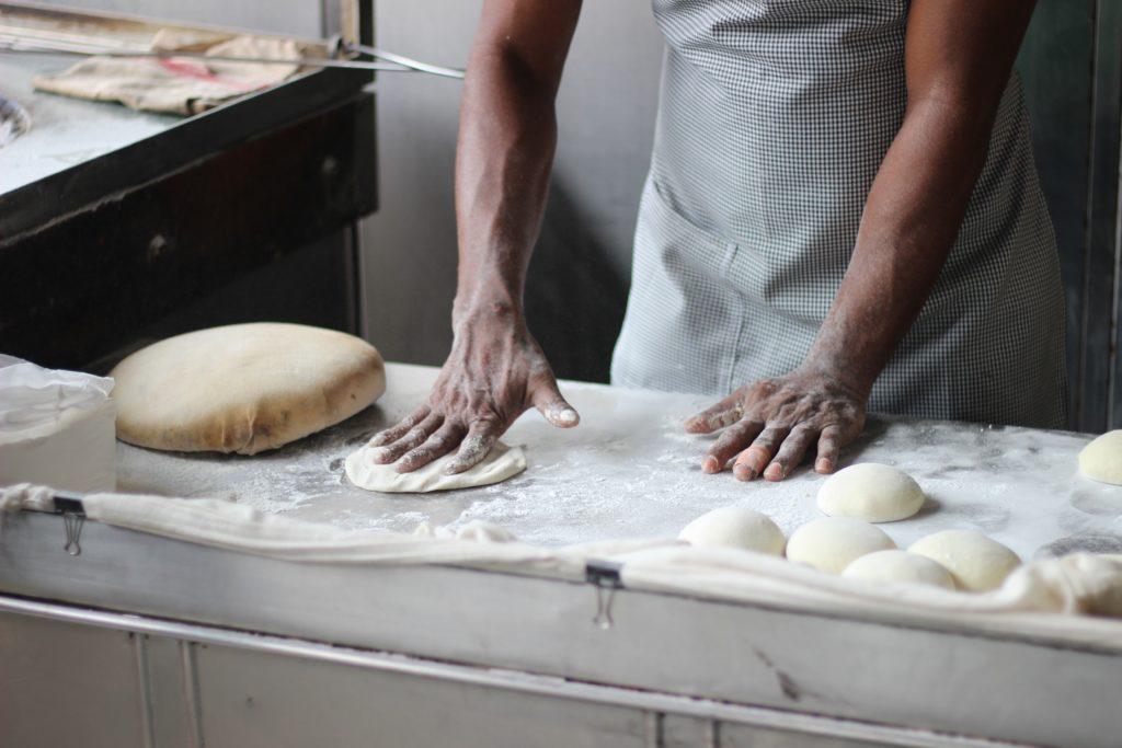 Boulanger en train de préparer du pain
